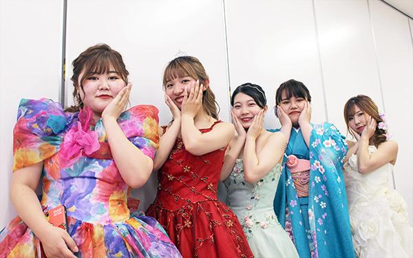 カラードレスを着た学生たち