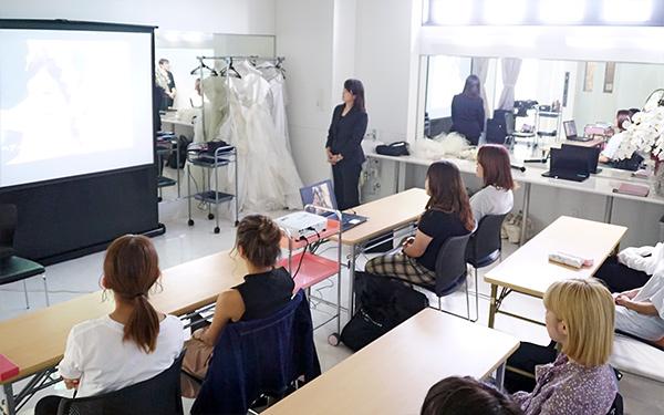 教室で動画を見る学生たち