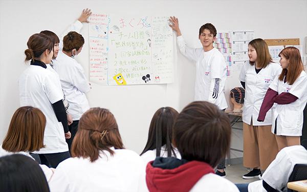 相互理解プログラムでグループ発表する学生たち
