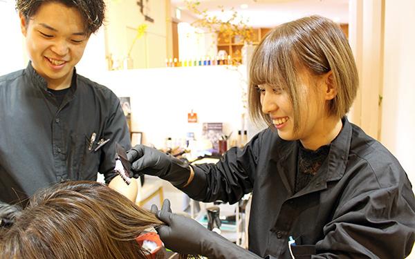 インターンで先輩美容師に指導を受ける様子