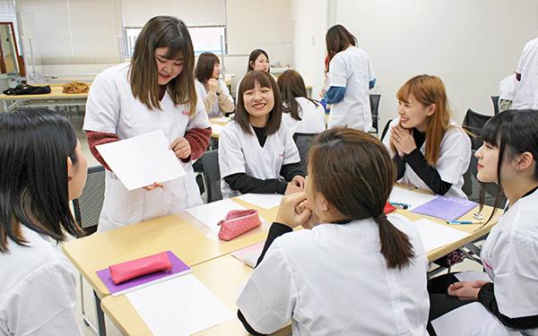 相互理解プログラムでグループに分かれて話し合う学生たち