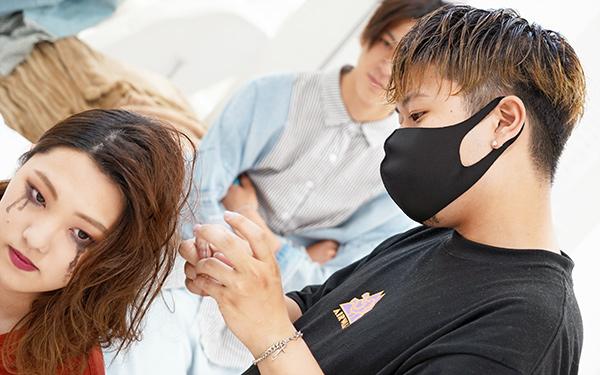 学生モデルのヘアセットをおこなう学生