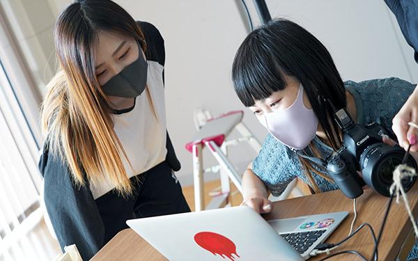 パソコンで撮影写真を確認する学生たち
