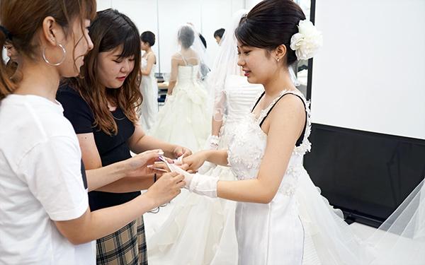 ウエディングドレスを着せる練習風景
