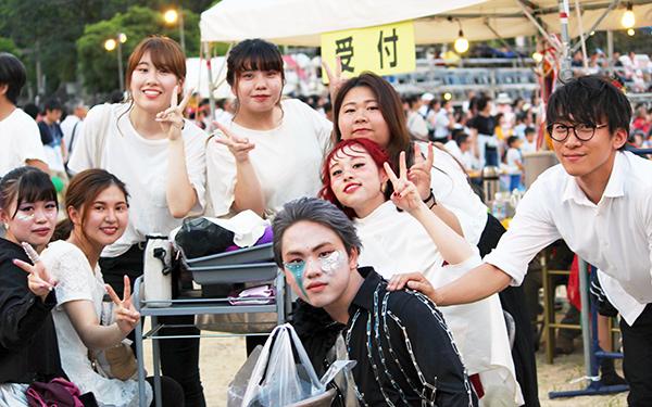 おどるんや紀州よさこい祭りでショーを待つ学生たち