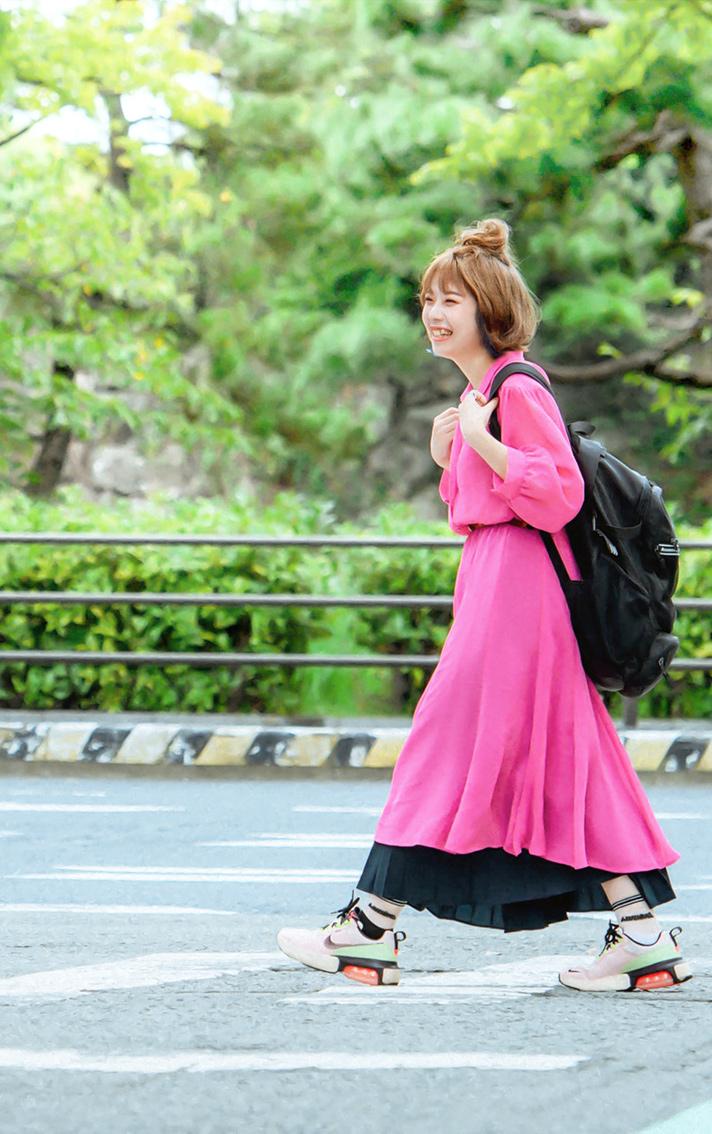 通学中に道路を渡る学生